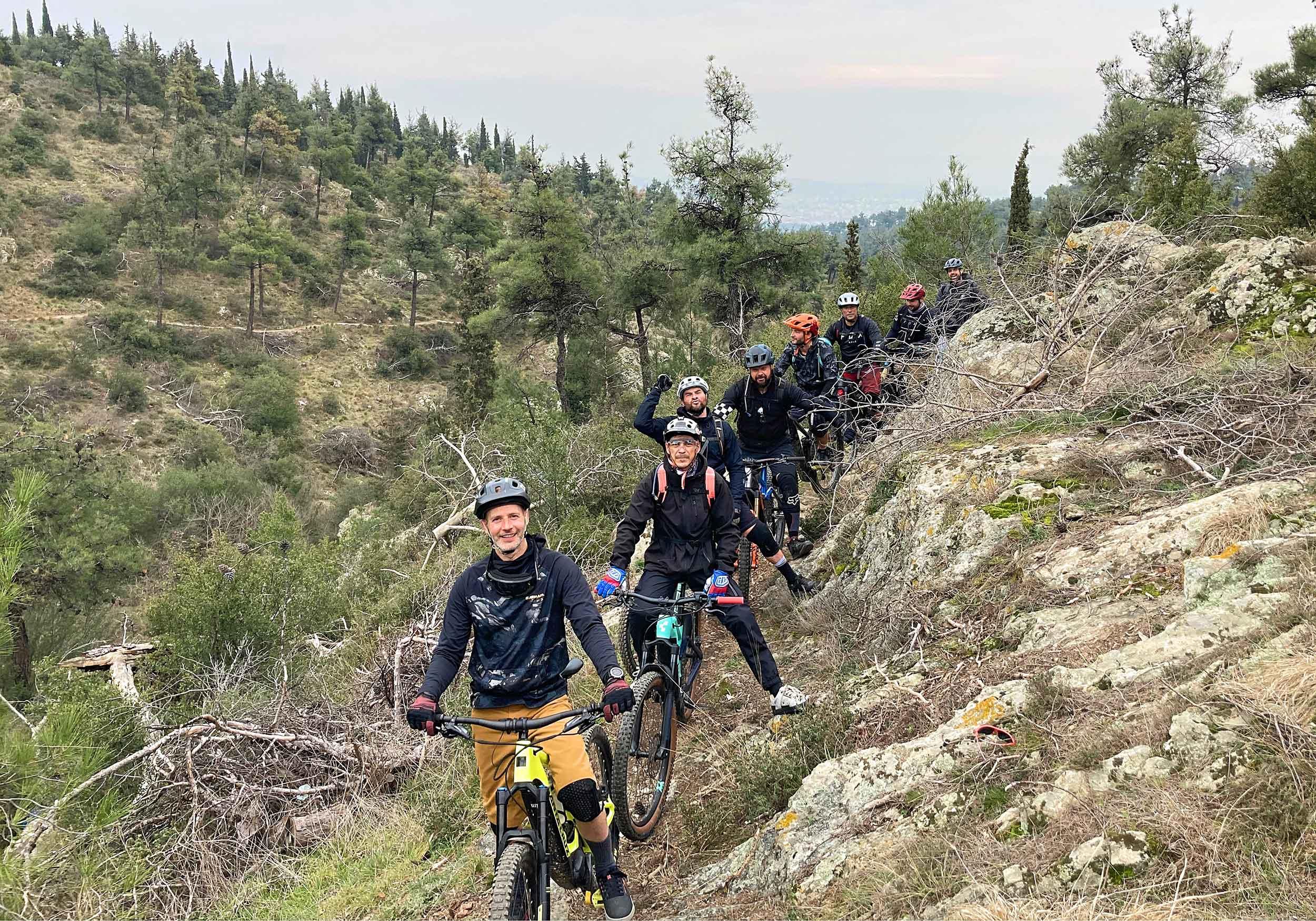 Erwachsene beim E-bike fahren am Berg