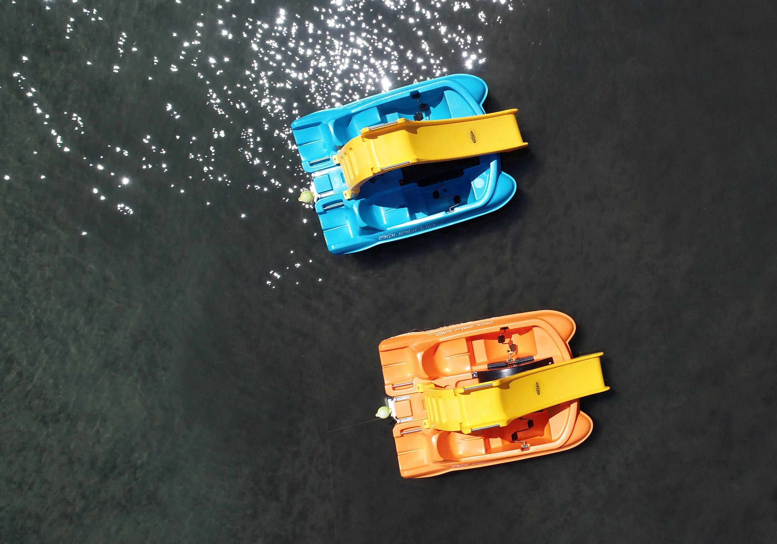 Zwei Tretboote
