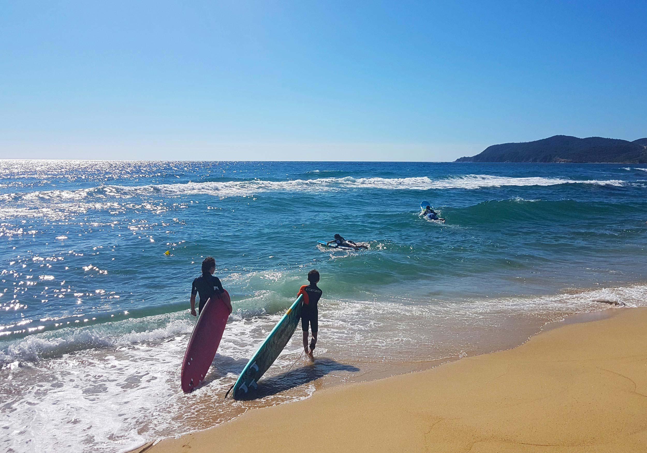 Gruppe von Surfern bereit, die Wellen zu reiten
