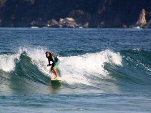 Surfer reitet eine Welle
