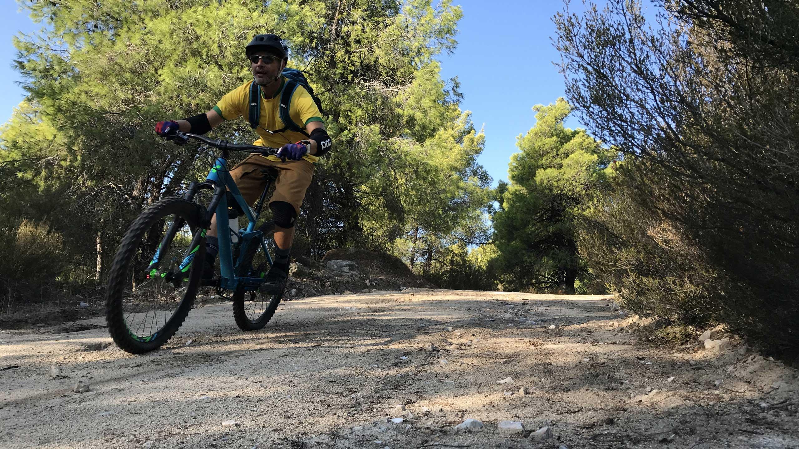 Ποδηλάτης κάνοντας mountain bike