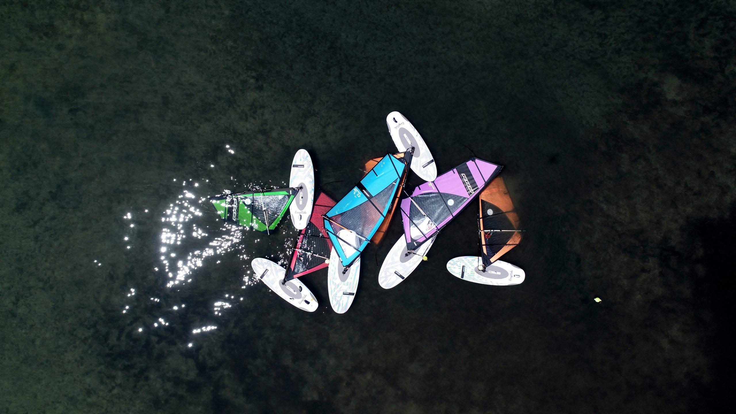 Εφτά σανίδες windsurf συγκεντρωμένες στη θάλασσα