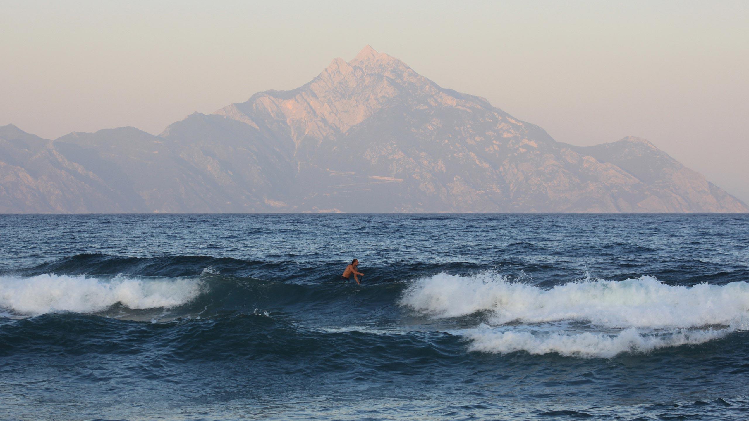 Άτομο σερφάροντας στα κύματα