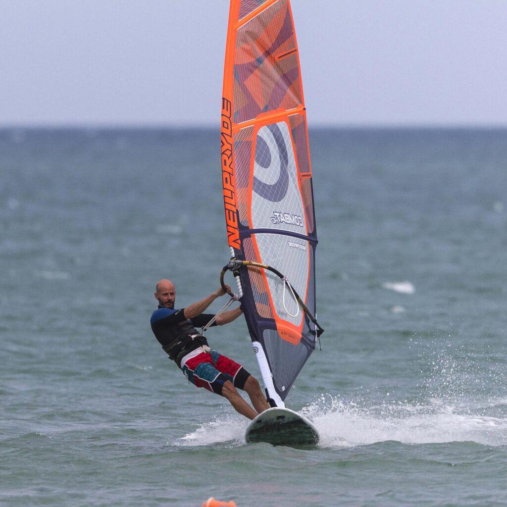 Άτομο κάνοντας windsurf
